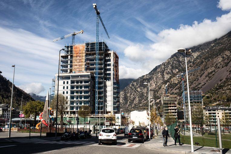 De nieuwe woontorens onttrekken steeds meer het zicht op de bergen.  Beeld César Dezfuli