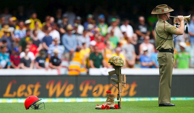 Een trompettist voor aanvang van de cricketwedstrijd tussen Australië en Nieuw-Zeeland in Brisbane. Beeld Reuters