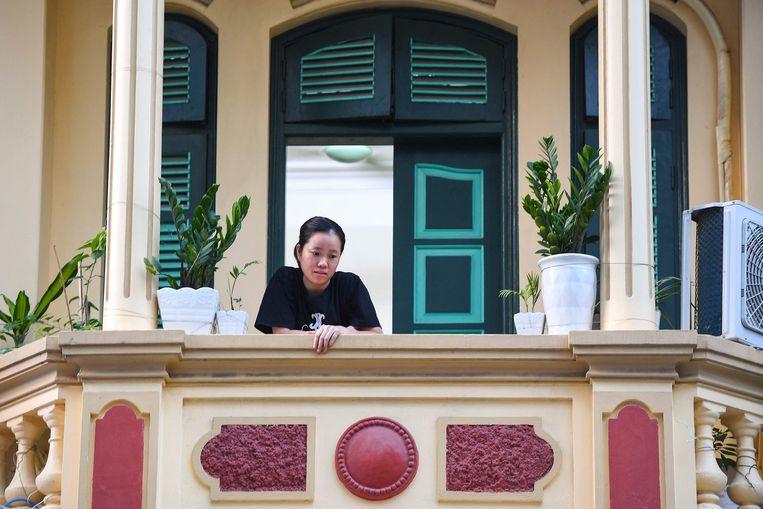 In Hanoi, Vietnam, zijn balkons een toevluchtsoord geworden voor bewoners in de lockdown die sinds 3 september geldt in de stad. Yogamatjes, laptoptafeltjes en koffiehoekjes: bewoners doen alles aan om hun buitenruimte leefbaar te maken. Beeld AFP