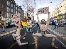 Politie grijpt in bij demonstraties van halfnaakte klimaatactivisten in diverse steden