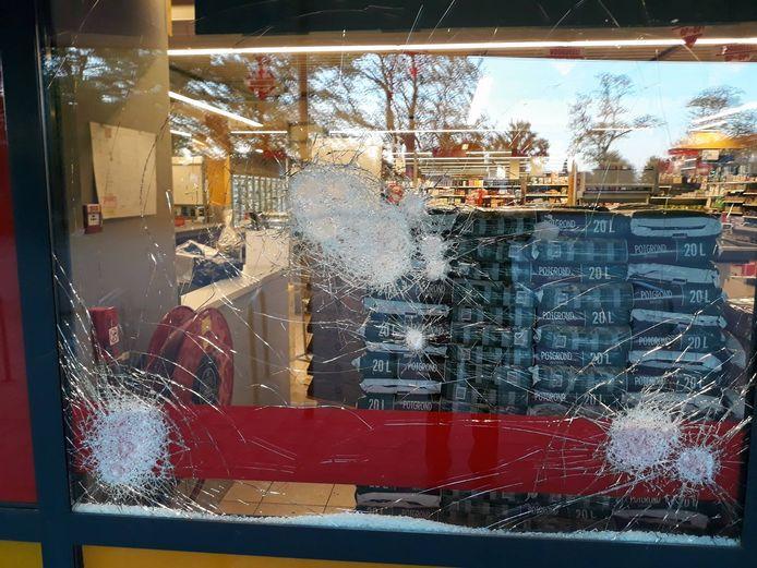 Een van de zwaar beschadigde ruiten van de Boni supermarkt in Hattem.