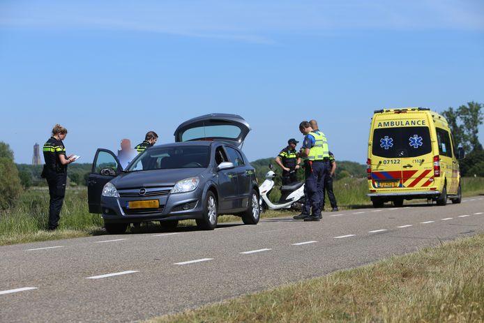 Een scooterbestuurster is gewond geraakt bij een aanrijding op de Drielsedijk in Arnhem.