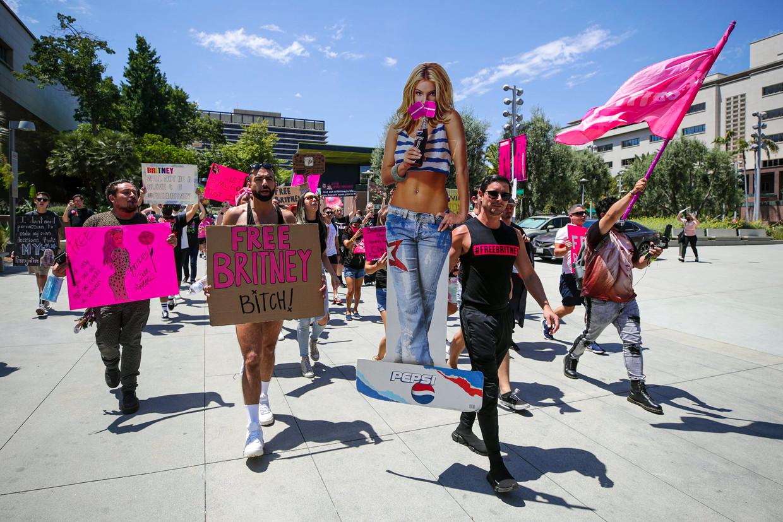 Fans van de Amerikaanse popster eisen aan de rechtbank in Los Angeles haar 'vrijlating': het einde van de bewindvoering door haar vader.  Beeld Photo News