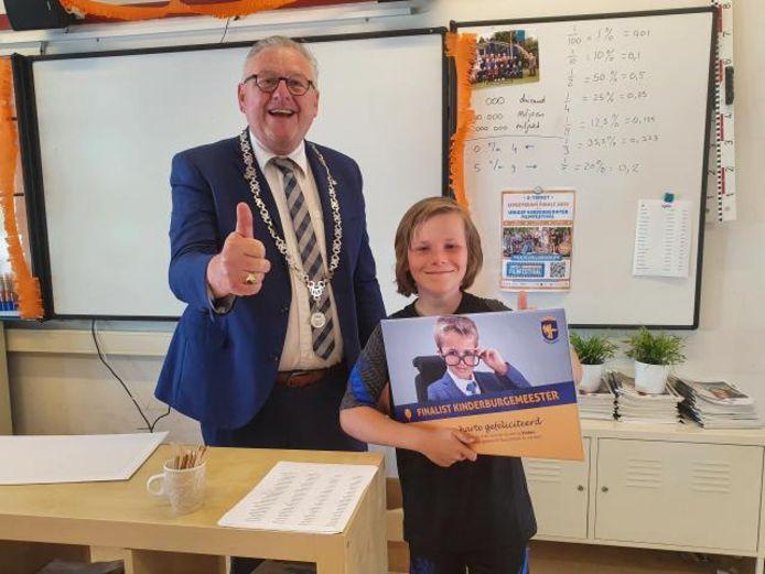 Burgemeester Melis van de Groep met Justus Bos van de Bavinckschool, een van de kandidaten voor de functie van kinderburgemeester in Bunschoten.
