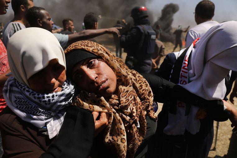 Een gewonde Palestijnse vrouw wordt weggedragen van de grens met Israël na massademonstraties in mei, waarbij zeker 41 Palestijnen gewond raakten.