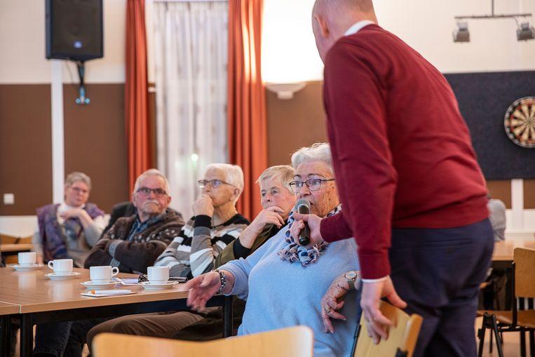 Een voorlichtingsbijeenkomst in een wijkcentrum in Hoogeveen over de veranderingen in het plaatselijke Bethesdaziekenhuis.  Beeld null