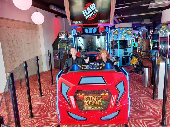 Rogier Schmitt en Martie Kooreman in de VR-ervaring van King Kong in de nieuwe Scheveningse vestiging van Sir Winston.