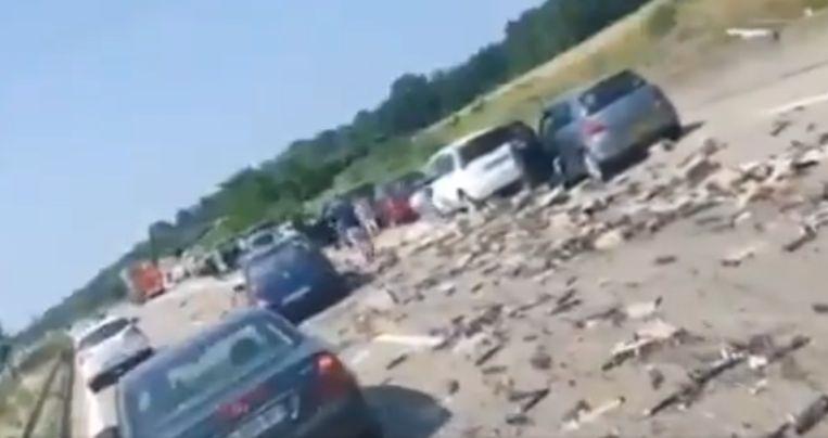 Beelden op Twitter tonen de ravage op de snelweg en de graaiende mensen. Beeld Twitter/Info Trafic Alsace