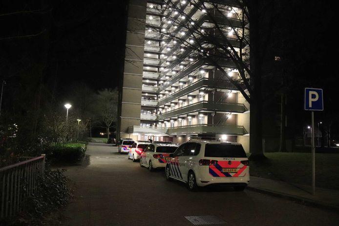 De politie rukte in februari 2019 massaal uit naar deze flat aan de Lisztgaarde in Oss, nadat daar het dode lichaam van Peter Hovens werd aangetroffen door diens familie.