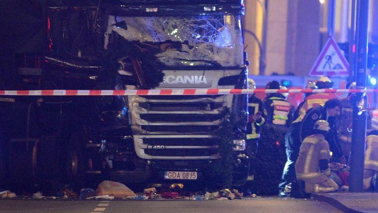 Hulpverleners inspecteren de vrachtwagen die op een kerstmarkt in het centrum van Berlijn inreed. Beeld epa