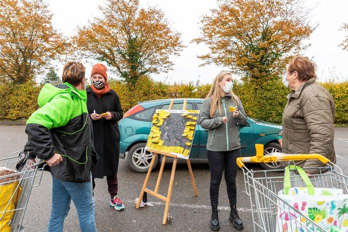 Fijnaart, Moreno Molenaar/Pix4Profs  Bewoners van Fijnaart kregen in oktober bij de ingang van Jumbo de gelegenheid om mee te doen aan een enquête over de leefbaarheid in hun dorp.   Marjan van capelle  Iris Bol   Bezoekers jumbo  Sylvia Marijnissen Sjaan Scholten
