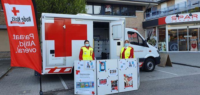 De vrijwilligers van het Rode Kruis Tienen verkocht onder meer stickers aan de Spar in Tienen.
