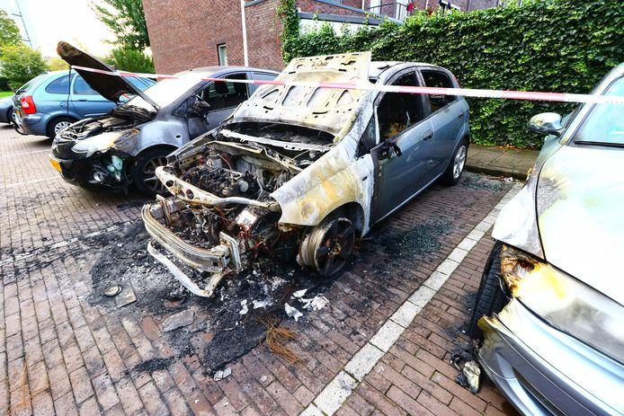 Bij de brand in de Texellaan raakten drie auto's beschadigd. Twee van de wagens zijn total-loss.