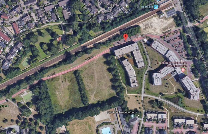 Op de twee braakliggende terreinen langs het spoor moeten de laatste woningen van De Hoef komen.