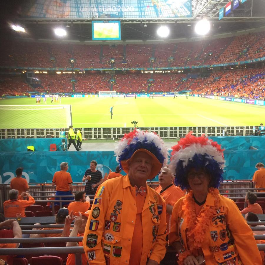 Hennie en Alie van Heerde uit Zwolle maandagavond in de Johan Cruijff ArenA bij de wedstrijd van Nederland tegen Noord-Macedonië.