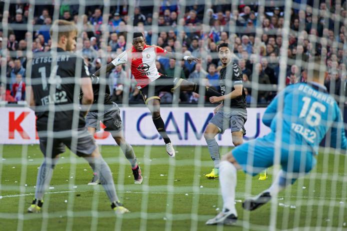 Eljero Elia schoot Feyenoord met hulp van FC Utrecht-doelman Filip Bednarek, die treffer officieel op zijn naam kreeg, naar de 2-1 zege in de bekerfinale van 2016.