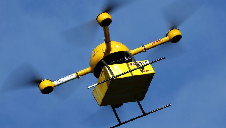 Een onbemande drone boven het Duitse Bonn met een pakketje van Deutsche Post. Beeld EPA