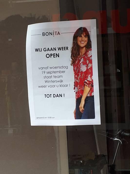 Etalage Bonita Mode in Winterswijk met aanplakbiljet.