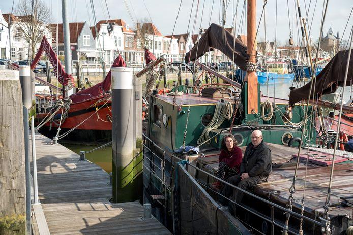 Schipper Gaby Koomen van klipper Nieuwe Maen en schipper Marc Westerburger van klipper Morgenster tussen het klussen door op het dek van de Morgenster. Daarachter ligt de Nieuwe Maen