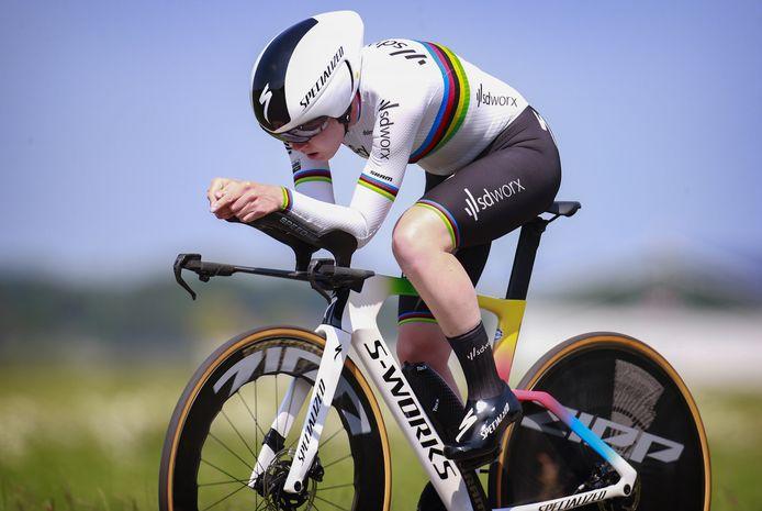 Anna van der Breggen in haar regenboogtrui.