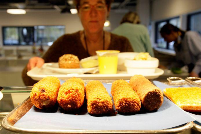 Foto ter illustratie. Kroketten en snacks in bedrijfskantine.