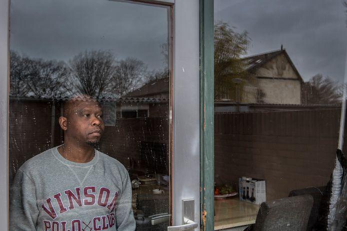 Abu Sanoh kijkt via zijn keuken naar de plek (zie spiegeling in ruit ) waar in mei nog een huis stond dat Benno S. had opgeblazen.