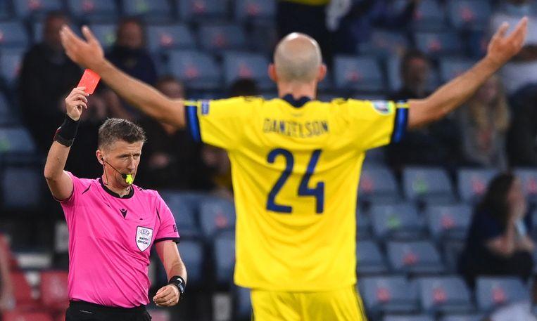 Marcus Danielson van Zweden wordt na een ongelukkige overtreding tegen Oekraïne in de achtste finale van het veld gestuurd door de Italiaanse arbiter Daniele Orsato, na een ingreep van de Var.  Beeld EPA