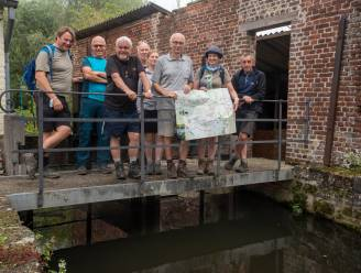 Wandelaars Pasar stellen Trage Wegen Wandelkaart voor langs de Molenbeek