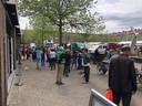 Tijdens de multiculturele markt op het Visserijplein in Rotterdam kunnen mensen zonder afspraak een coronavaccinatie halen