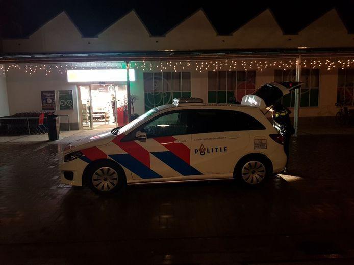 De politie is aanwezig bij de Spar in Bredevoort.