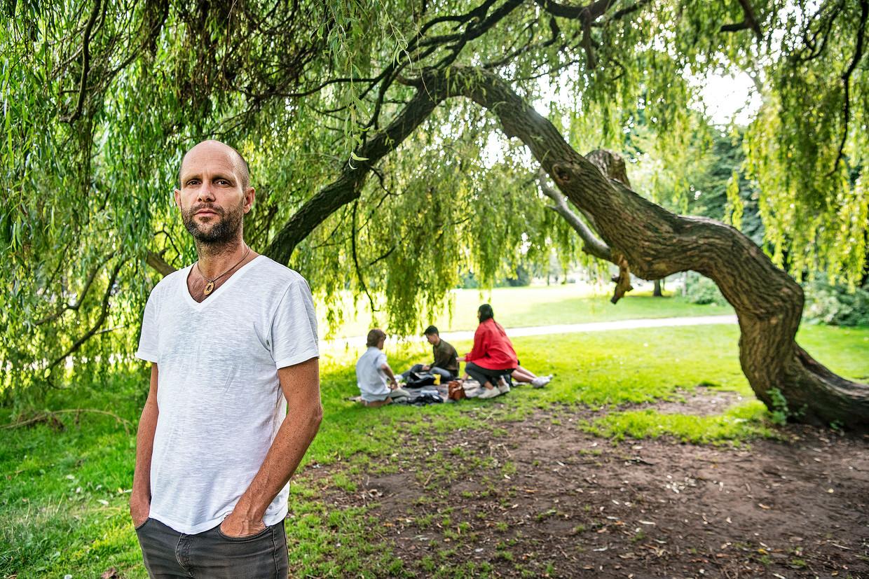 Frank van der Linde in het Vondelpark, waar volgens hem elke nacht tien tot twintig daklozen overnachten. Beeld Foto Guus Dubbelman / de Volkskrant