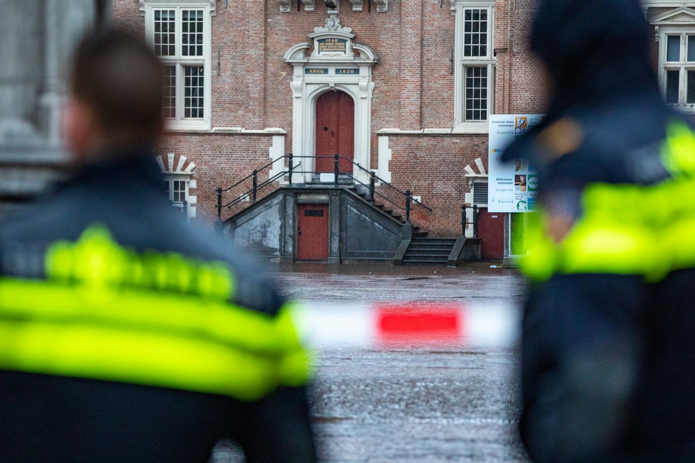 b90ff51b952 De Grote Markt van Haarlem is helemaal afgezet door de politie in verband  met een incident