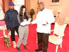 President Oeganda krijgt paar witte gympen van Kim en Kanye