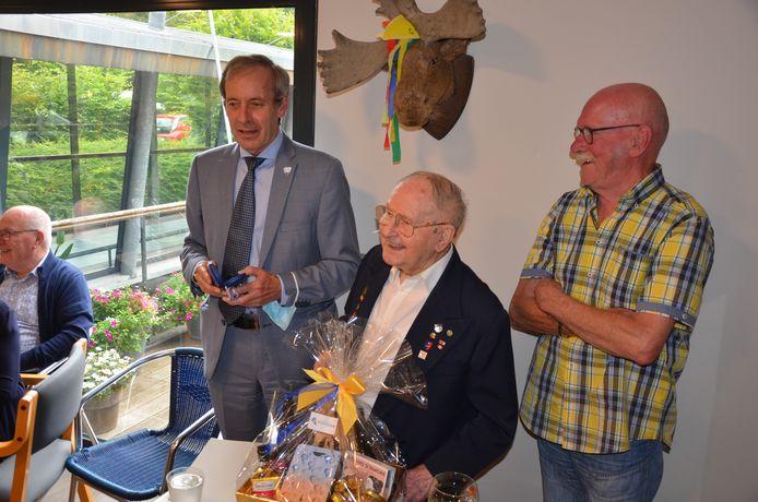 Albert, met zijn 105 lentes de oudste man van Sint-Niklaas, werd in de bloemetjes gezet.