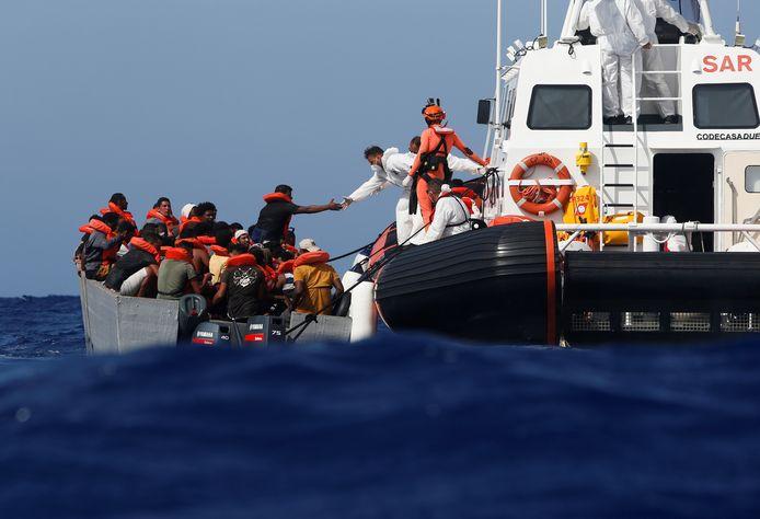 Bootmigranten worden door de Italiaanse kustwacht gered.