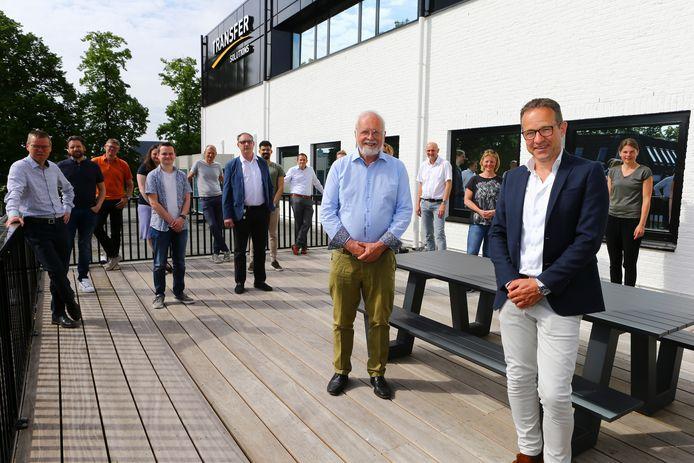 Jurgen Duijster (r) en Gerard Hilte met een aantal medewerkers op het dakterras van hun bedrijf Transfer Solutions in Leerdam.