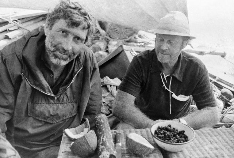 Thor Heyerdahl (rechts) met een crewlid tijdens een latere expeditie. Beeld BELGAIMAGE