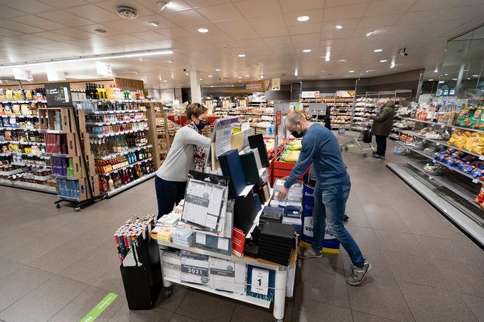 Bianca Wosyka van Primera De Luifel en Gerard Bouwmans van de Plus in de supermarkt in winkelcentrum De Bus in Helmond bij de inmiddels weer verdwenen tafel met Primera-spullen.
