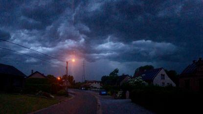 Dreigende wolken boven Midden-Limburg, hevige rukwinden en omgevallen bomen