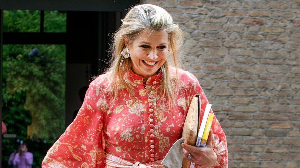 De tijd dat nylon verplichte kost was aan het hof, is echt voorbij: Máxima draagt met dit weer géén panty