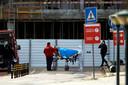 Een patiënt komt aan aan het Santa Maria-ziekenhuis in Lissabon, Portugal.
