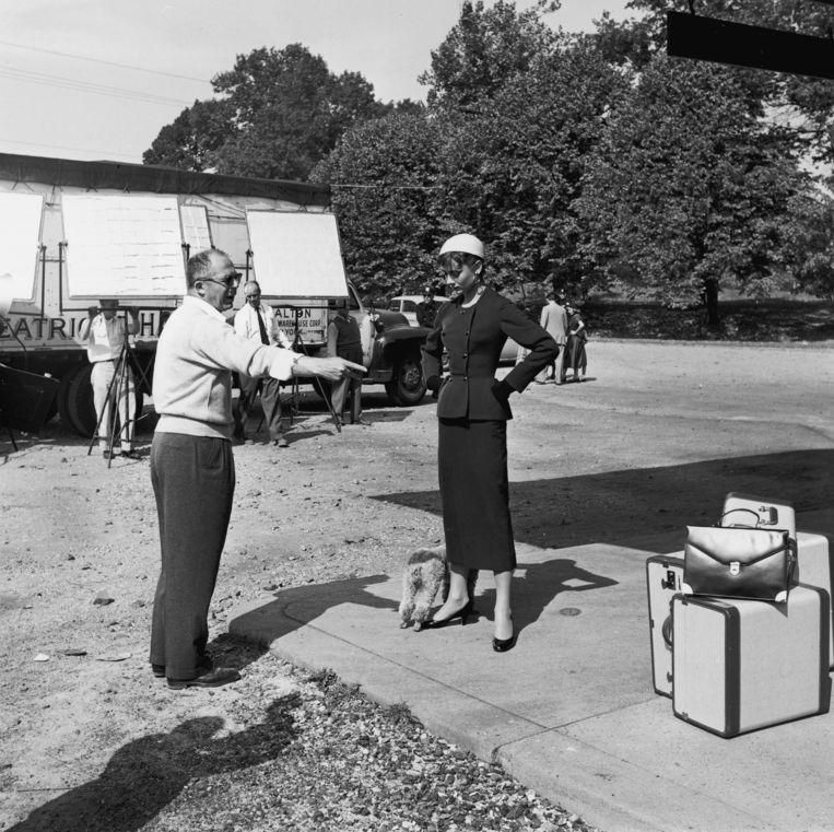 Billy Wilder geeft Audrey Hepburn aanwijzingen op de set van 'Sabrina' (1954). Beeld Getty Images