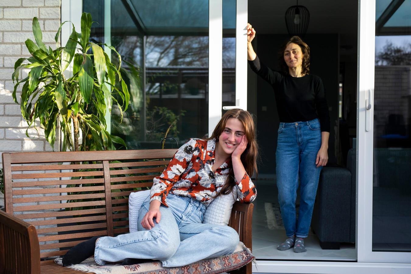 """Nisa Özen  thuis bij haar ouders: ,,. Je begrijpt dat ik veel te weinig tijd heb om alles te doen wat ik zou willen doen."""""""
