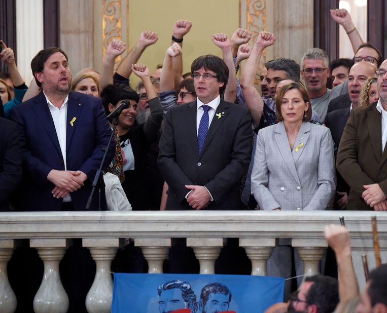 Catalaans minister-president Carles Puigdemont na de stemming over de onafhankelijkheidsresolutie. Beeld AFP