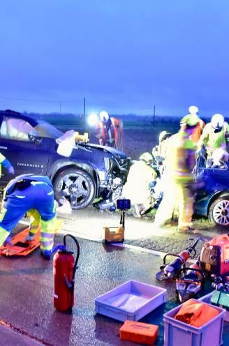 Automobiliste verliest controle over zware pick-up en botst frontaal op kleine Fiat: 19-jarige bestuurster even in levensgevaar