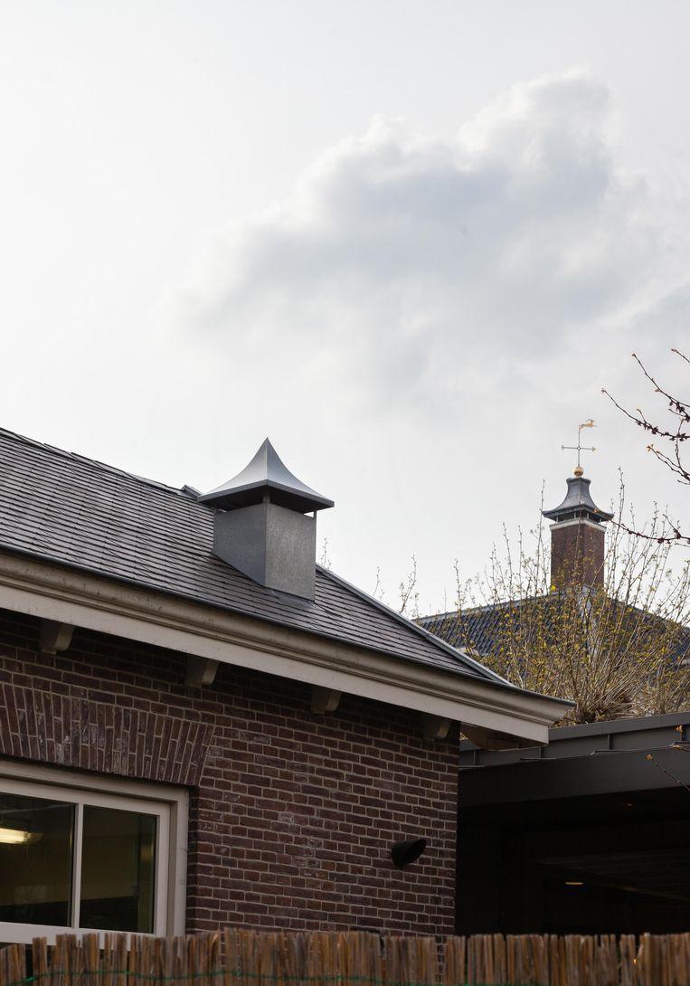 Op 22 mei wandelden we door de binnentuin achter de Hermitage. En zochten we het Krekelhuis, het voormalige lijkenhuisje uit 1895 van het oudere zeventiende-eeuwse verpleeghuis Amstelhof. Winnaar van het jaarabonnement op Ons Amsterdam is John Avis. Beeld Nina Schollaardt