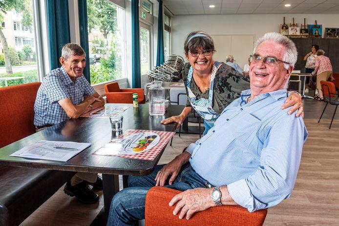 Gemeente Bodegraven stopt subsidie maaltijdservice voor ouderen in Rijngaarde. Vrnl. Sjaak van Wensveen, dochter Wilma en Wim Groot.