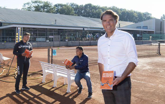 Tom Meuleman met zijn boek 'Opvolger Gezocht', waarin hij beschrijft waar het vaak fout gaat bij overdrachten binnen familiebedrijven. Op de achtergrond Walter en Tim Tenten, die met zo'n overdracht te maken krijgen met hun sportcentra in de regio.