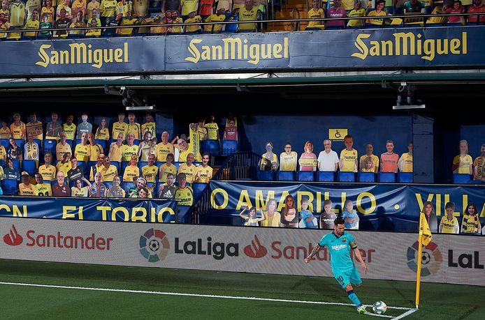 Lionel Messi neemt een corner.