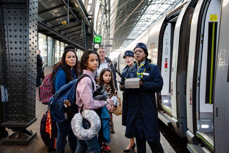 Passengers boarding a Eurostar-train at Amsterdam Central Station.  Beeld Hollandse Hoogte / Felix Kalkman